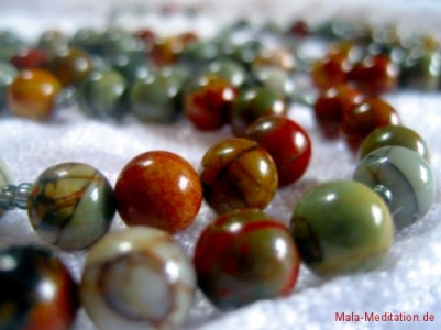 Mala aus Picassojaspis und Bergkristall
